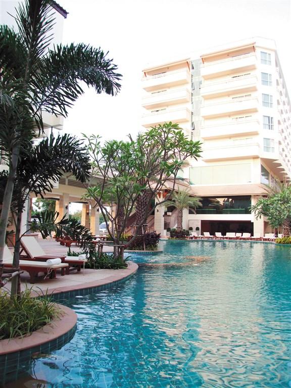 Bungalovy luxusního a osvědčeného hotelového řetězce Holiday Inn jsou rozesety do bujné tropické zahrady, která je lemována bělostnou písečnou pláží a.